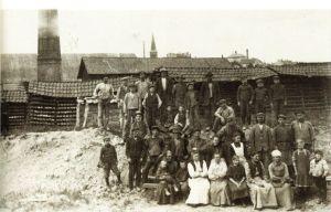 12 Jordal teglverk  med arbeidere. Kampen kirke i bakgrunnen. (Vålerenga Historielag)