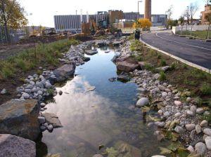 14 Ferdig bekkeløp lenger opp, i Tiedemannsparken,foreløpig med vannledningsvann.