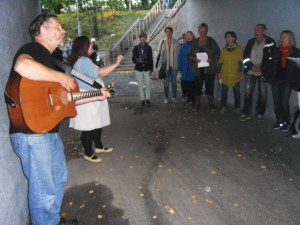 Årvoll sangensemble  synger i fotgjengerundergangen