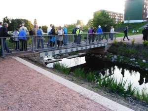 Omvisning i Bjerkedalen park ved prosjektleder Sidsel Andersen (I lys frakk)